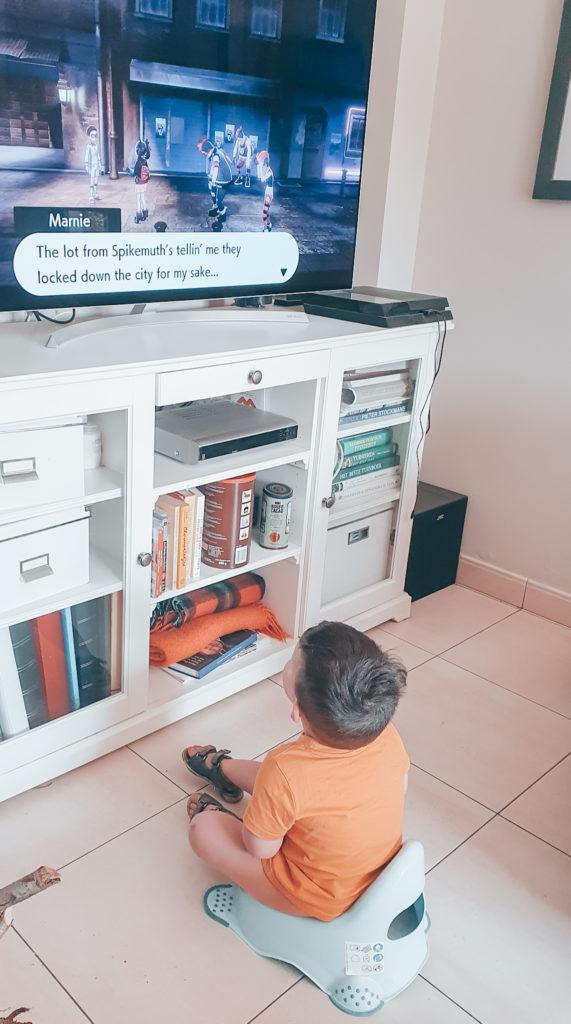 Potjestraining: Start de training in een ruimte naar keuze. Bijvoorbeeld de living. Kleuter zit op het potje terwijl hij TV kijkt.