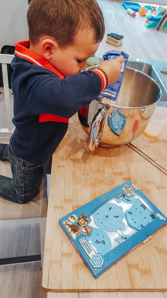 Bakken met kinderen: Laat de hulpkok alles in de kom gooien om te mengen.
