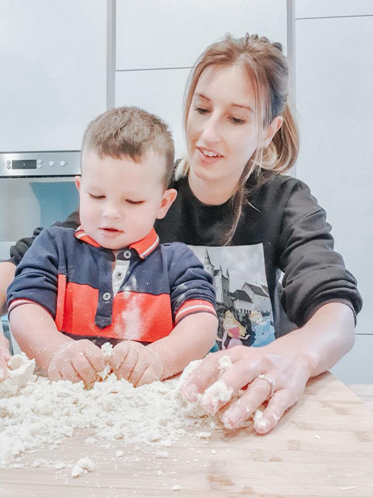 Bakken met kinderen: Samen bakken, geef je kleuter zijn eigen taken.
