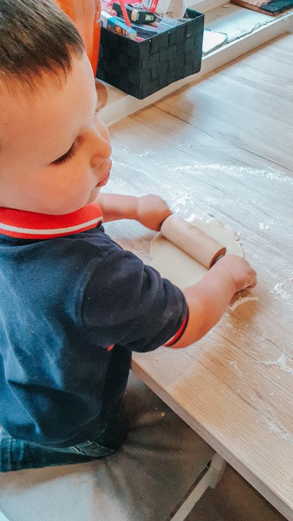 Bakken met kinderen: Het deeg uitrollen tot max. 0,5 cm