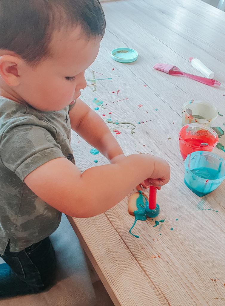 Bakken met kinderen: De boterkoekjes versieren met glazuur